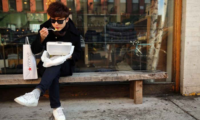 A New Yorker eats his lunch out of a styrofoam take-out container in New York City on December 19, 2013. (Spencer Platt/Getty Images)