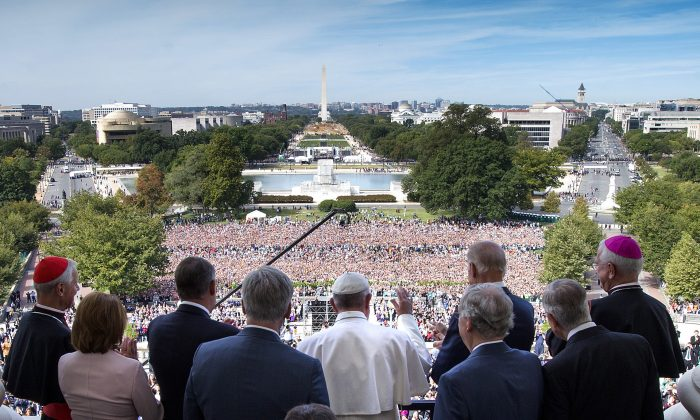 Pope Francis waves to the crowd from the Speakers Balcony at the US Capitol, September 24, 2015 in Washington, DC. (Doug Mills - Pool/Getty Images)