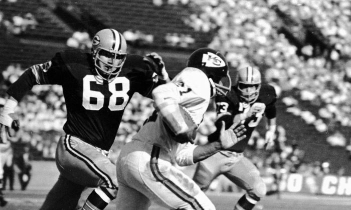 The Kansas City Chiefs and Mike Garrett (R) kept Super Bowl I close until halftime, before the Green Bay Packers took control. (AP photo)