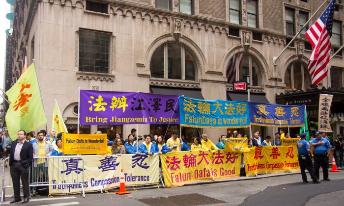 Practitioners of the spiritual discipline Falun Gong call for an end to the persecution of the practice in China, in front of the Waldorf Astoria in New York where Chinese Communist Party leader Xi Jinping is staying, on Sept. on Sept. 28. (Edward Dye/Epoch Times)