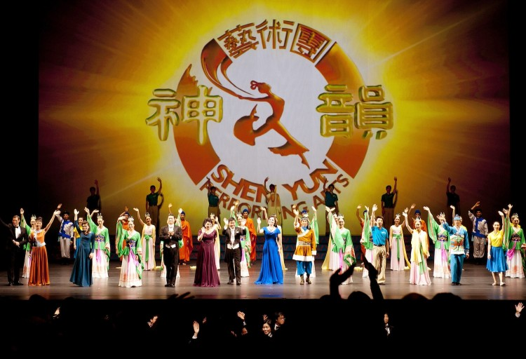The curtain call of Shen Yun Performing Arts' final performance of its seven show run at Lincoln Center's David H. Koch Theater on Sunday night. (Dai Bing/The Epoch Times)