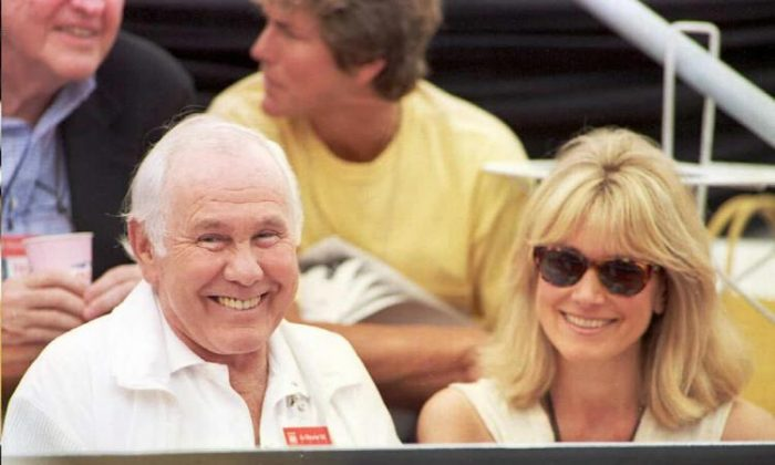 The late Johnny Carson with his wife Alex as they watch a tennis match during the Canadian Open August 17, 1995. (Carlo Allegri/Getty Images )