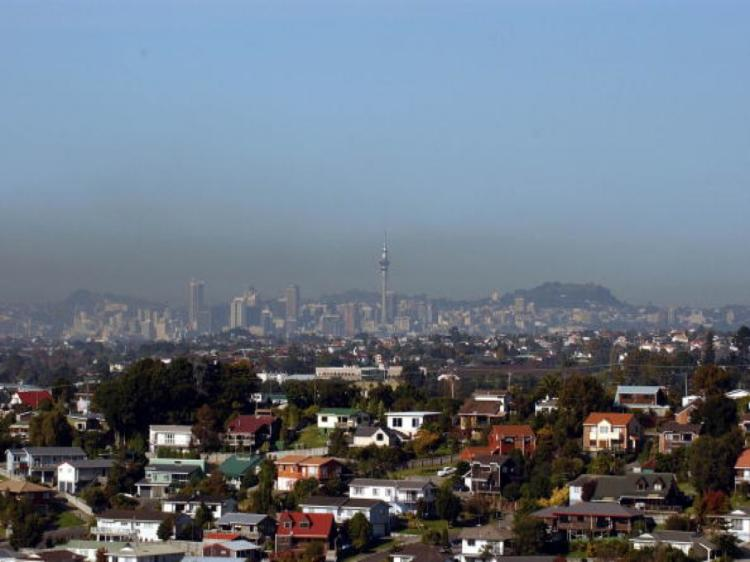 A brown pollution cloud thought to be caused by commuter traffic hangs over Auckland City in this picture taken from Aucklands' North Shore.(Ross Land/Getty Images)