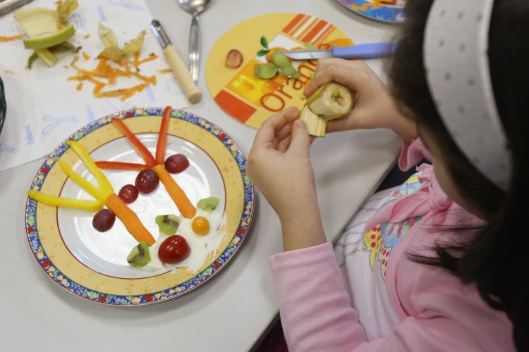 Children make an island scene on their plates out of fruits and vegetables. (Sean Gallup/Getty Images)