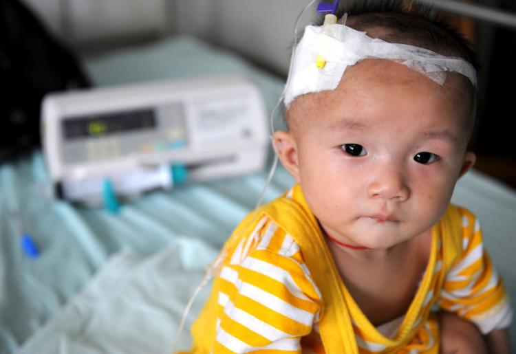 A baby who suffers from kidney stones after drinking tainted milk powder gets IV treatment at a hospital.  (China Photos/Getty Images)