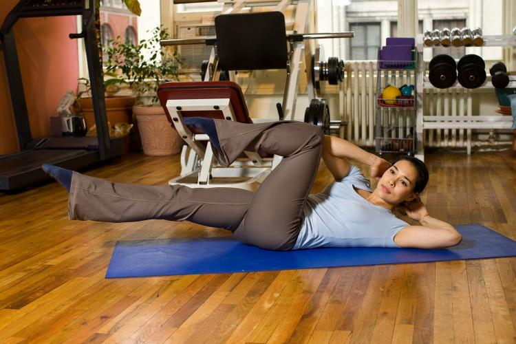 The Bicycle crunch is challenging, feels good, and is efficient. This wonderful abdominal exercise can be done anywhere, anytime. (Henry Chan/The Epoch Times, Space Courtesy of Fitness Results)