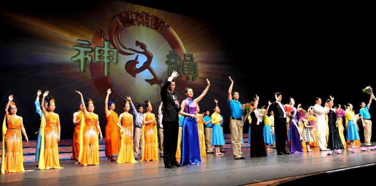 Curtain call of DPA's second performance in Houston's Jones Hall for the Performing Arts.  (Dai Bing/The Epoch Times)