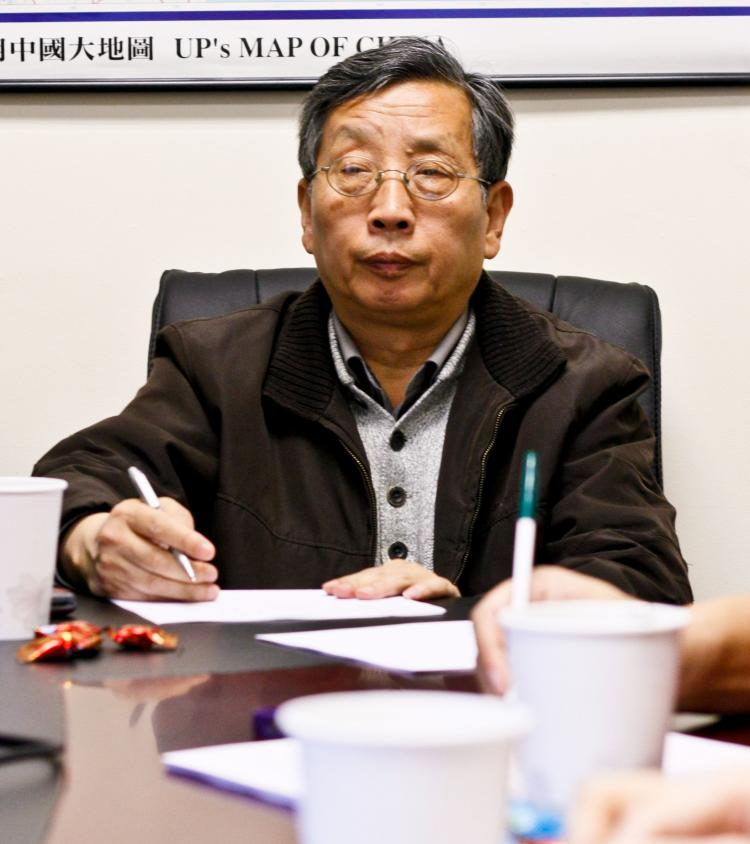 CLARIFIER: Hu Ping chairs a small meeting of Chinese democracy activists in Flushing, Queens, discussing the enforced disappearance of Chinese artist Ai Weiwei. 'It's no surprise,' he said.  (Matthew Robertson/The Epoch Times)