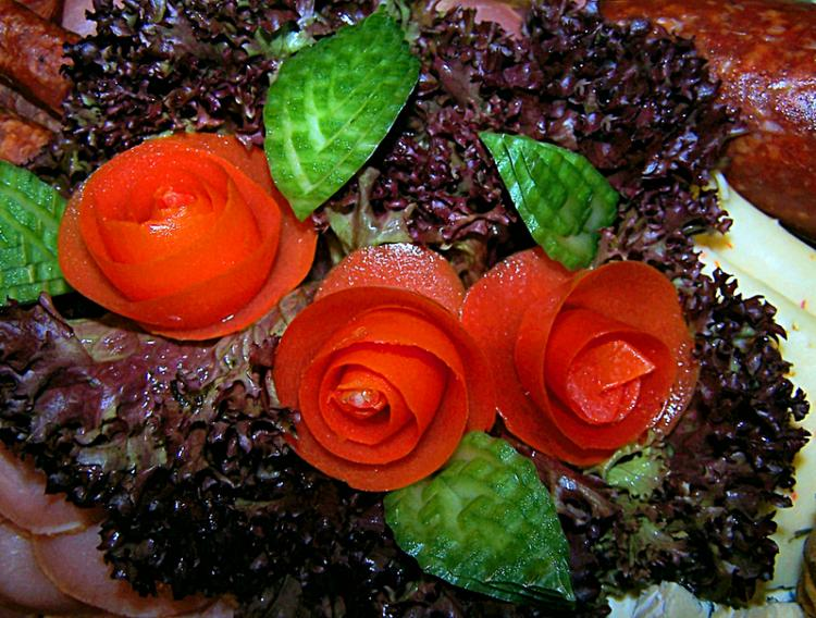 A hearty Sausage Platter garnished with decorative tomato roses (Verena N./pixelio.de)