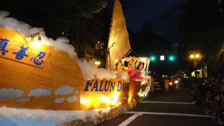 The Falun Dafa (Falun Gong) float, which judges called it 'larger than life,' in the Portland 2010 Starlight parade, won Best Illumination Award in a float category. (Shanjian Li/The Epoch Times)