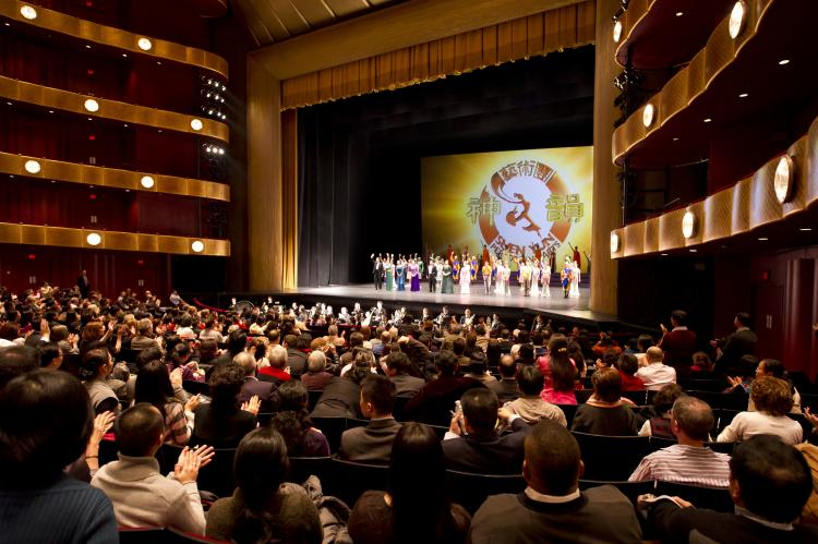 Shen Yun Performing Arts' curtain call at the Lincoln Center's David H. Koch Theater in New York on Jan. 11. (Dai Bing/The Epoch Times)