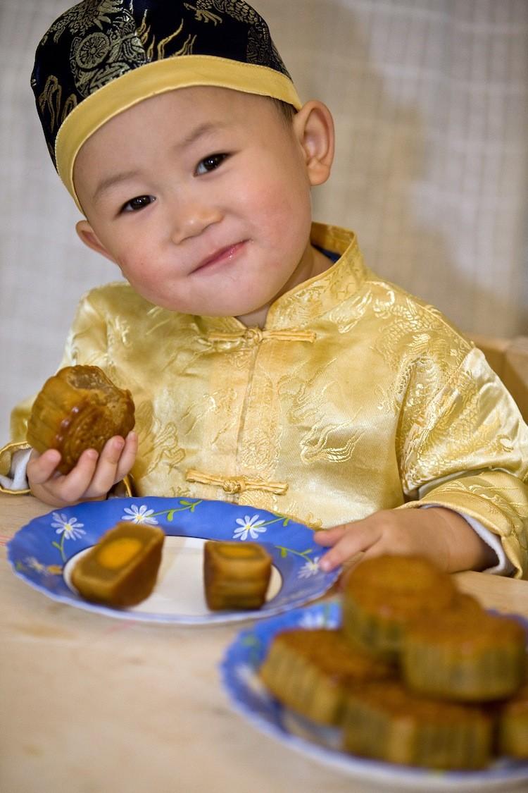 A 3-year-old boy enjoying moon cakes.  (Jason Wang/The Epoch Times)