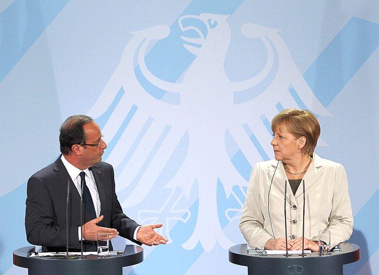 French President Francois Hollande (L) and German Chancellor Angela Merkel