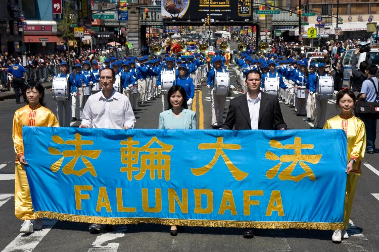 The first few sections of Falun Gong practitioners' April 25th 'Stop the Persecution' parade in Flushing, New York make their way down Main Street in Chinatown. (Jan Jekielek/The Epoch Times)