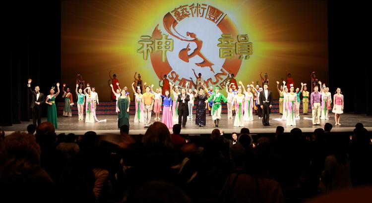 Shen Yun Performing Arts' curtain call in Toronto on Sunday. (D. Du/The Epoch Times)