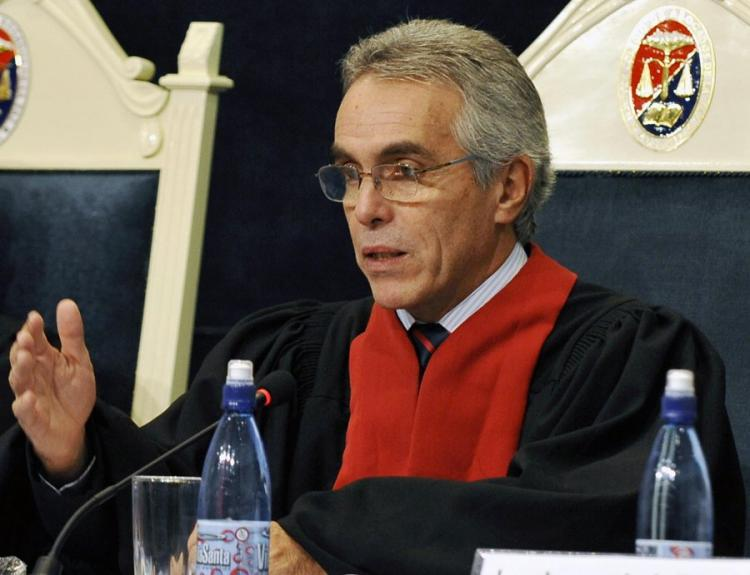 DOS ERRES TRIAL: Judge Diego Garcia Sayan of the Inter American Court of Human Rights speaks on July 14, 2009, in La Paz during a session on the case of the 1982 massacre of 250 indigenous people in Dos Erres, Guatemala.(Aizar Raldes/AFP/Getty Images)