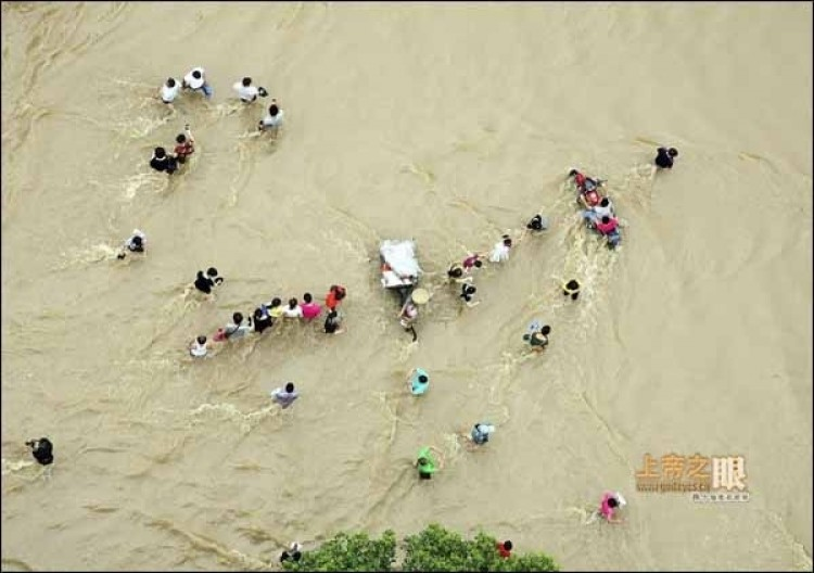 June 20, the flooded street of Lanxi city, Zhejiang. (From godeyes.cn)