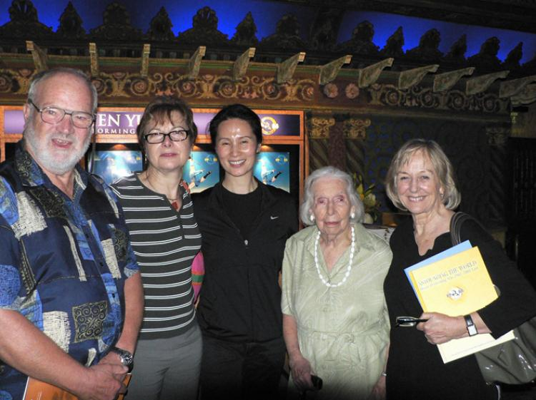 (L to R) Nigel Lewis, Dorothy Curnow, Vina Lee, Dorothy's mother and Valerie Jenkins after enjoying Shen Yun Performing Arts International Company. (Jennifer Zeng/The Vision China Times)
