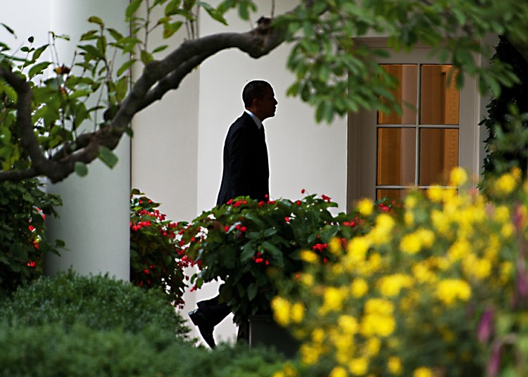 President Barack Obama walks from the South Lawn of the White House and returns to the Oval Office Sept. 22 after spending the day in Cincinnati, Ohio, campaigning for his jobs plan. (AFP Photo/Paul J. Richards)