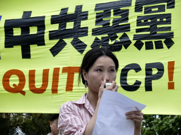 Speaking in support of 55 million Chinese renouncing the CCP, at a rally in Toronto, May 30, 2009. (Eric Sun/The Epoch Times)