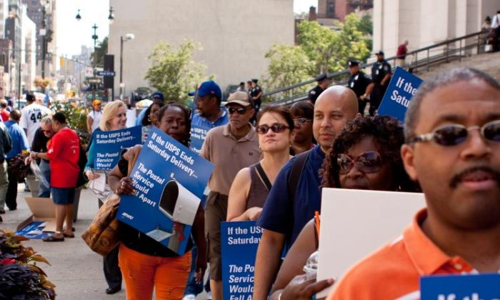 Postal workers from the New York Metro Area Postal Union rallied in front of the James A. Farley Post Office in New York City on Sept. 30, 2015. (Henry Lam/The Epoch TImes)