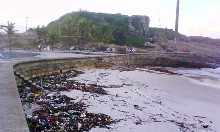 Trash deposited on Arpoador Beach by giant waves pounding Rio de Janeiro state. (Bruno Menezes/Epoch Times)