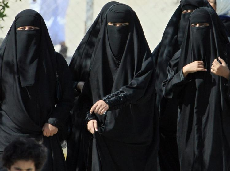 Saudi women cross a street in Hofuf City, Nov. 22, 2007. A law in the works would allow Saudi women lawyers to appear in court for the first time. (Hassan Ammar/AFP/Getty Images)