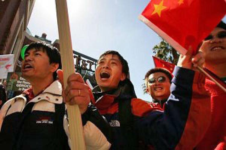Overseas Chinese challenges protesters during the Olympic Torch Relay on April 9, 2008 in San Francisco. (Getty Images)