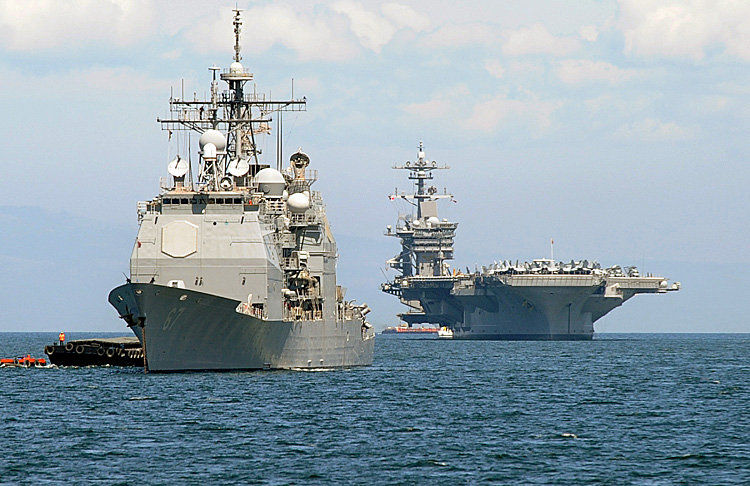 The U.S. aircraft carrier Carl Vinson (R) and the cruiser USS Bunker Hill (L)