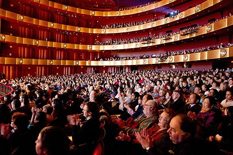 Shen Yun Performing Arts New York Company played to a sold-out house at Lincoln Center's David H. Koch Theater on Sunday Jan. 16, 2011. (Dai Bing/Epoch Times Staff)