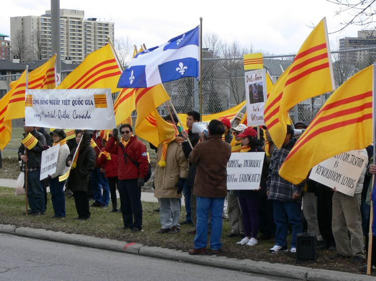 Vietnamese democracy activists protest in front of the Chinese embassy in Ottawa. (Wei Wu/The Epoch Times)