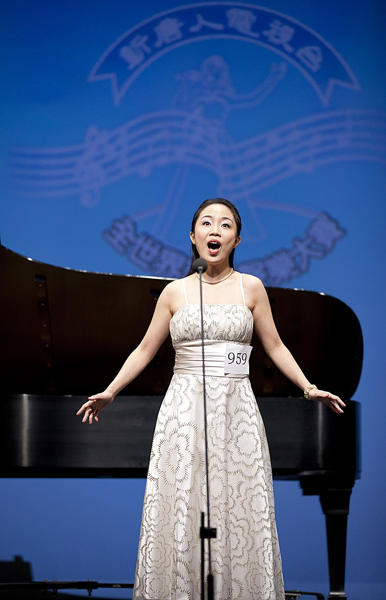 Soprano Tan Sinsim sings at 2010 NTDTV Chinese International Vocal Competition semifinal on Saturday, Aug. 21. She received the $10,000 gold award in the competition's female division. (Edward Dai/The Epoch Times)