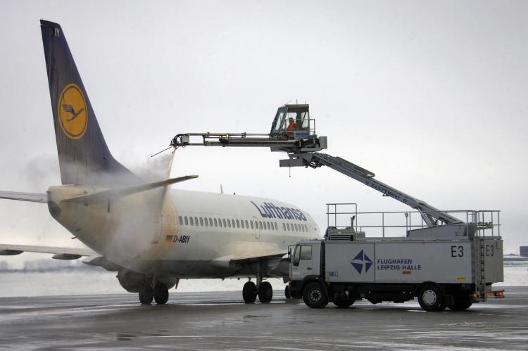 Workers deice a plane of German airline Lufthansa at the Leipzig-Halle airport near Schkeuditz, eastern Germany, on January 5, 2009. Airlines are hoping that 2009 will be a better year for them. (Schlueter/AFP/Getty Images)