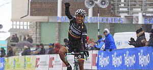 Darwin Aatapuma crosses the finish line to win the final stage of the Giro del Trentino. (colombiacoldeportes.com)
