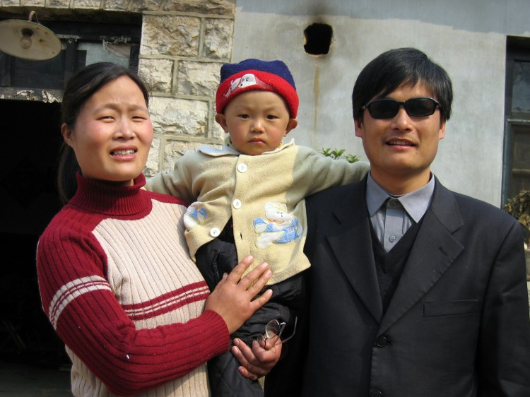 Chen Guangcheng (R) with his wife and son Chen Kerui
