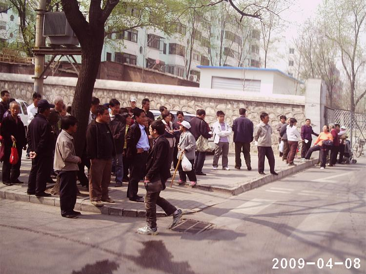 Petitioners gather at the gate of Peking University to protest Sun Dongdong.  (The Epoch Times)