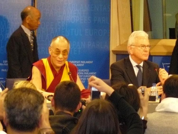 The Dalai Lama addresses the European Parliament while Parliament President Hans-Gert Poettering (R) listens. (The Epoch Times)