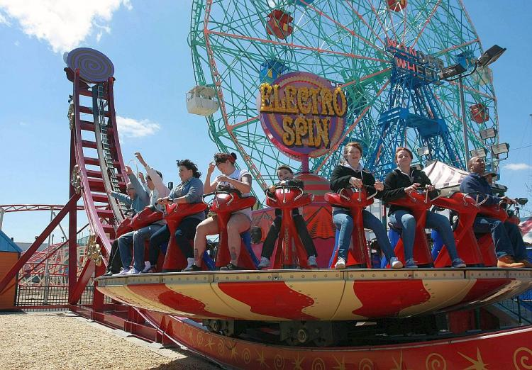 ELECTRO SPIN: The Electro Spin was a common favorite among visitors to Luna Park this weekend, though some of the younger riders found it a bit too frightening. (Tara MacIsaac/The Epoch Times)