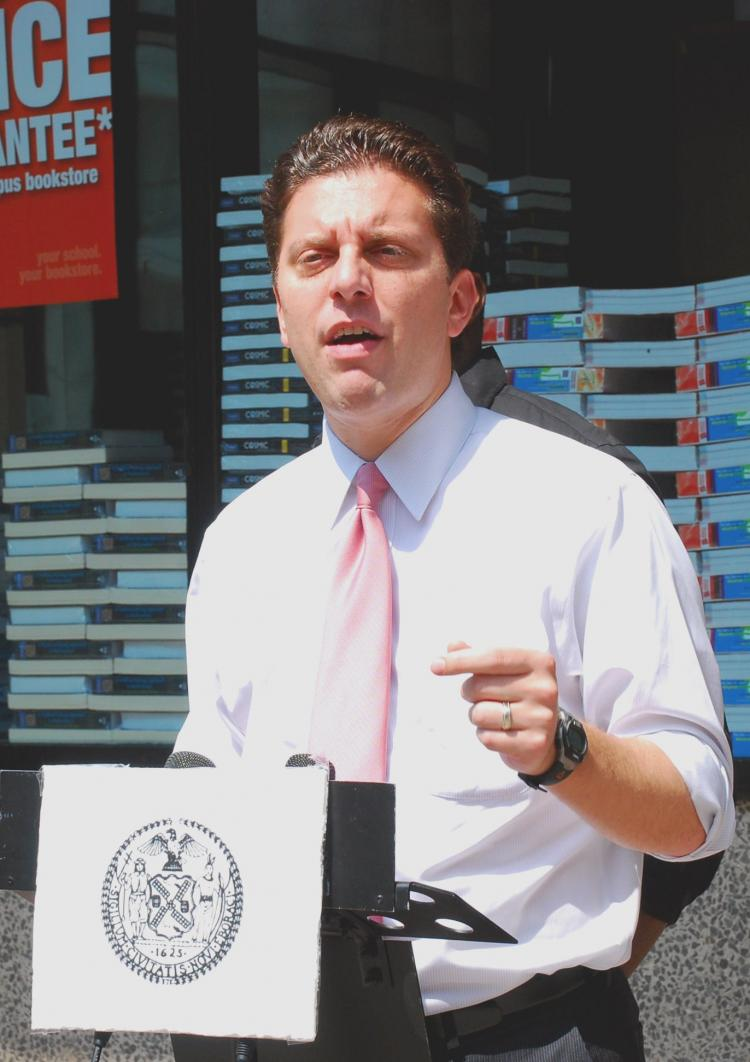 Councilman Eric Gioia discussed the increasing trend of obesity in students and fast food restaurants nearby and charted the correlation in front of PS 234, across the street from a McDonald's restaurant. (Catherine Yang/The Epoch Times)