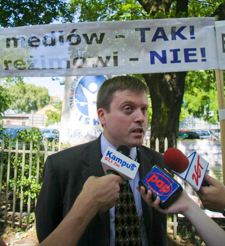 BRING IT BACK: Jan Jekielek, International Society for Human Rights (ISHR) representative in Poland, fielding questions from Polish media. (Adam Kielar/Special to The Epoch Times)