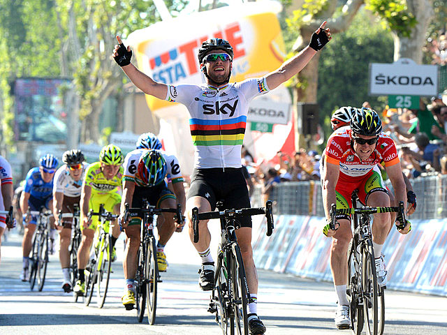Sky's Mark Cavendish, in his rainbow-banded World Champion's jersey, beats Matt Goss in his red points leader jersey in Stage Five of the Giro d'Itlaia. (teamsky.com)