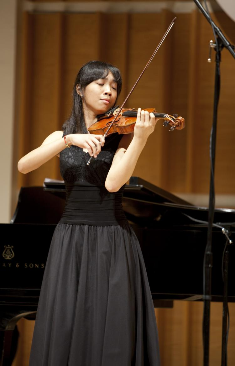 Violinst Nancy Zhou performs at NTDTV's second Chinese International Violin Competition in New York, Aug. 2009.  (Edward Dai/The Epoch Times)