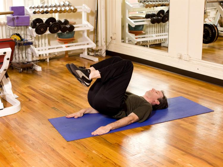 Practice this exercise to develop a strong core. (Henry Chan/The Epoch Times)