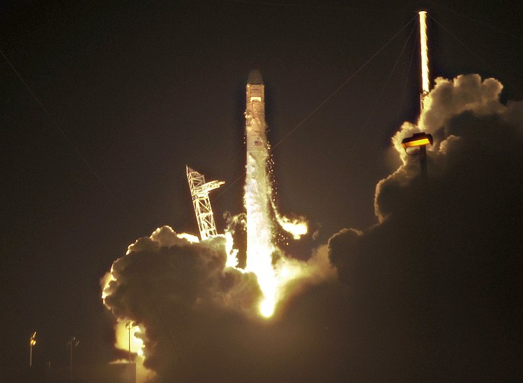 SpaceX's Falcon 9 rocket lifts off early May 22, 2012