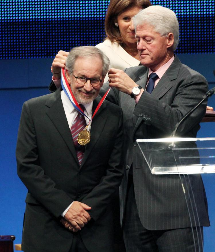 Spielberg (Left) receiving 2009 Liberty Medal at National Constitution Center. (Middle) Linda Johnson, President and CEO of National Constitution Center. (Right) Former U.S. President Bill Clinton. (Laurence Kesterson/Pool/Getty Images)