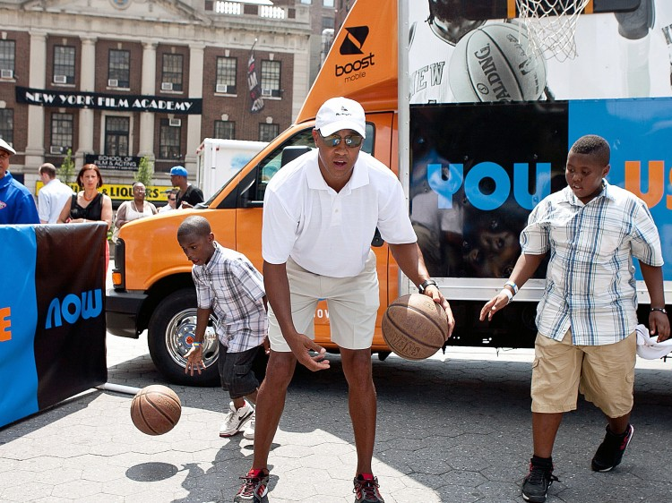 DOUBLE DRIBBLE: Former Knicks star John Starks dribbles a basketball with two young men friends at Union Square Park on Tuesday. (Amal Chen/The Epoch Times)