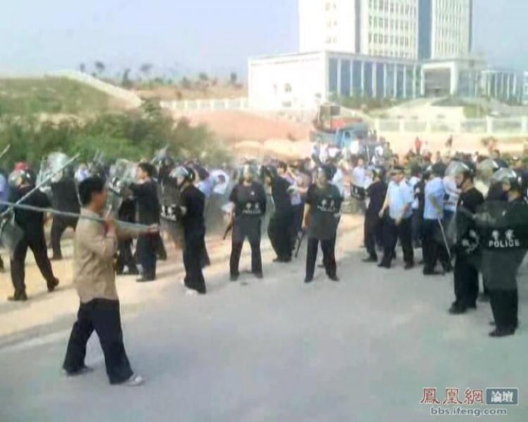 A fierce confrontation erupted between villagers and police over land acquisition and demolition issues in Guangdong Village of Shaoguan City. (The Epoch Times)