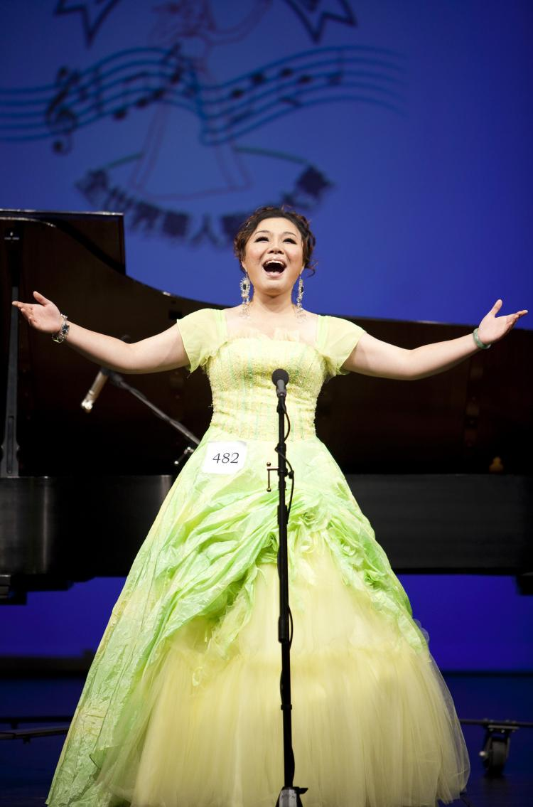 Soprano Geng Haolan from Guangzhou, Guangdong, China, is crowned the gold award recipient for 2009 NTDTV Chinese International Vocal Competition. (Edward Dai/The Epoch Times)