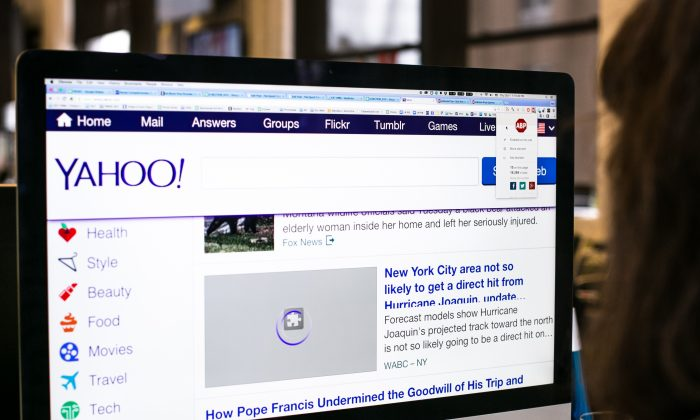 An Epoch Times staff members views the Yahoo home page with the Adblock Plus app installed on her computer in New York on OCt. 1, 2015. (Benjamin Chasteen/Epoch Times)