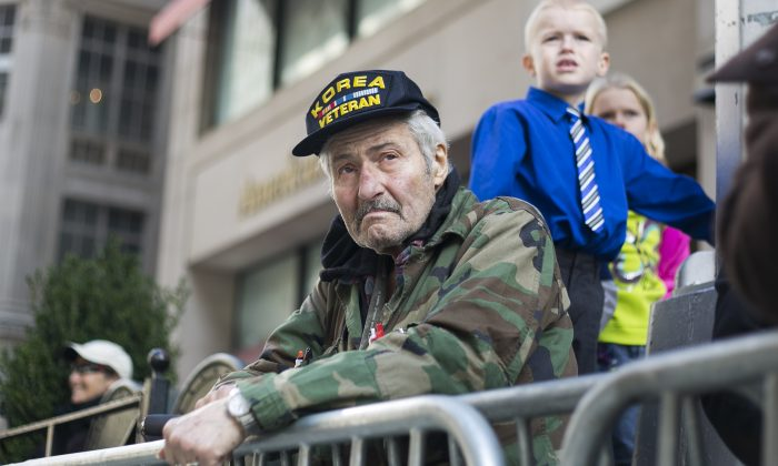 A veteran watches the Veterans' Day Parade in New York on Nov. 11, 2014. (Samira Bouaou/Epoch Times)